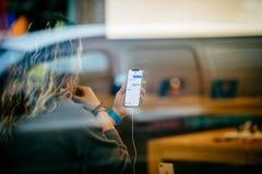 Γυναίκα που κρατά το πιό πρόσφατο iPhone Χ η εσωτερική Apple Store Στοκ φωτογραφία με δικαίωμα ελεύθερης χρήσης