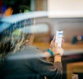 Γυναίκα που κρατά το πιό πρόσφατο iPhone Χ η εσωτερική Apple Store Στοκ Εικόνες