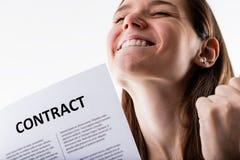 Γυναίκα που κρατά υπερήφανα τη σύμβαση εργασίας της Στοκ Φωτογραφία