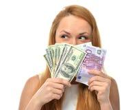 Γυναίκα που κρατά ψηλά τα χρήματα πέντε ένα μετρητών πενήντα εκατό ευρώ σε ένα χ Στοκ Φωτογραφία
