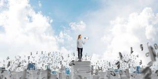 Γυναίκα που κρατά megaphone διαθέσιμο στοκ φωτογραφία με δικαίωμα ελεύθερης χρήσης
