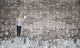 Γυναίκα που κρατά megaphone διαθέσιμο στοκ εικόνες
