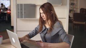 Γυναίκα που κρατούν μια πιστωτική κάρτα και την αμοιβή σε απευθείας σύνδεση φιλμ μικρού μήκους
