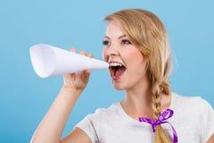 Γυναίκα που κραυγάζει μέσω megaphone φιαγμένο από έγγραφο Στοκ φωτογραφίες με δικαίωμα ελεύθερης χρήσης