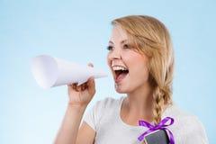 Γυναίκα που κραυγάζει μέσω megaphone φιαγμένο από έγγραφο Στοκ Εικόνες