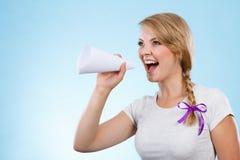 Γυναίκα που κραυγάζει μέσω megaphone φιαγμένο από έγγραφο Στοκ Εικόνα
