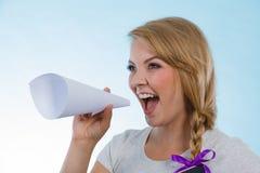 Γυναίκα που κραυγάζει μέσω megaphone φιαγμένο από έγγραφο Στοκ εικόνα με δικαίωμα ελεύθερης χρήσης
