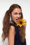 Γυναίκα που κραυγάζει με το κίτρινο λουλούδι Στοκ Φωτογραφία