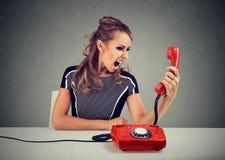 γυναίκα που κραυγάζει στο μικροτηλέφωνοη Στοκ Εικόνα