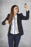 γυναίκα που κραυγάζει στο τηλέφωνο, δυσαρέσκειαη διεξόδων Στοκ Φωτογραφία