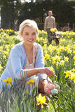 Γυναίκα που κρύβει τα διακοσμημένα αυγά Πάσχας για το κυνήγι Στοκ Εικόνες