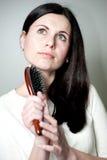 Γυναίκα που κτενίζει την μακρυμάλλη Στοκ Φωτογραφίες
