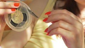 Γυναίκα που κυλά ένα εξέλικτρο απόθεμα βίντεο