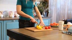 Γυναίκα που κόβει το κίτρινο πιπέρι απόθεμα βίντεο