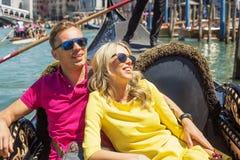 Γυναίκα που κλίνει ενάντια στον άνδρα σε λίγη βάρκα Στοκ Φωτογραφίες