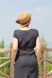 Γυναίκα που κλίνει στο ξύλινο κιγκλίδωμα Στοκ Εικόνα
