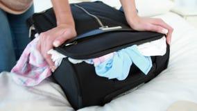 Γυναίκα που κλείνει τις αποσκευές της φιλμ μικρού μήκους