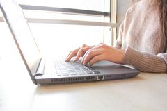Γυναίκα που λειτουργεί στο σπίτι ή χέρια γραφείων στο lap-top πληκτρολογίων στοκ εικόνα με δικαίωμα ελεύθερης χρήσης