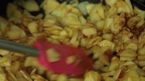 Γυναίκα που μαγειρεύει και που αναμιγνύει τα συστατικά για μια πίτα μήλων απόθεμα βίντεο