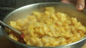Γυναίκα που μαγειρεύει και που αναμιγνύει τα συστατικά για την πίτα μήλων φιλμ μικρού μήκους