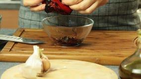 Γυναίκα που μαγειρεύει και που καθαρίζει το ψημένο κουδούνι peper απόθεμα βίντεο