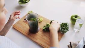 Γυναίκα που μαγειρεύει τις φυτικές στερεές παιδικές τροφές στο σπίτι απόθεμα βίντεο
