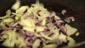Γυναίκα που μαγειρεύει το quesadilla γλυκών πατατών φιλμ μικρού μήκους