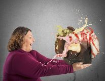 Γυναίκα που μαγεύεται από το γλυκό στοκ εικόνες