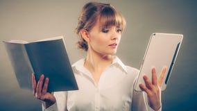 Γυναίκα που μαθαίνει με το ebook και το βιβλίο Εκπαίδευση Στοκ Φωτογραφίες