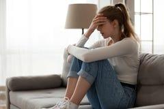 Γυναίκα που ματαιώνεται από τη συνεδρίαση προβλήματος στον καναπέ, πο στοκ εικόνα