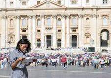 Γυναίκα που μελετά έναν χάρτη πόλεων Στοκ φωτογραφίες με δικαίωμα ελεύθερης χρήσης