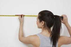 Γυναίκα που μετρά τον τοίχο στοκ φωτογραφία