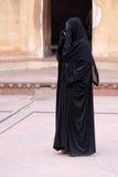 Γυναίκα που μιλά σε ένα κινητό τηλέφωνο στο κόκκινο οχυρό, Agra Στοκ φωτογραφία με δικαίωμα ελεύθερης χρήσης