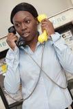 Γυναίκα που μιλά σε δύο τηλέφωνα Στοκ εικόνες με δικαίωμα ελεύθερης χρήσης
