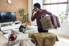 Γυναίκα που μιλά σε κινητό σιδερώνοντας τα ενδύματα Στοκ Εικόνες