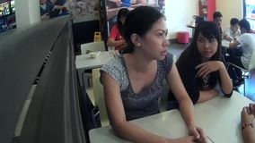Γυναίκα που μιλά στην αδελφή στο εστιατόριο γρήγορου γεύματος απόθεμα βίντεο