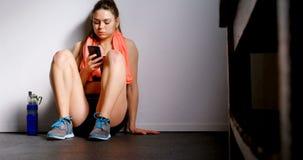 Γυναίκα που μιλά στο κινητό τηλέφωνο στο στούντιο 4k ικανότητας απόθεμα βίντεο