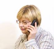 Γυναίκα που μιλά στο τηλέφωνο κυττάρων Στοκ Φωτογραφίες