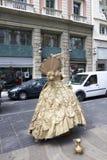 Γυναίκα που μιμείται το γλυπτό μιας γυναίκας με το κοστούμι δέκατου όγδοου αιώνα του χρυσού χρώματος ακίνητο Rambla Αγίου Joseph Στοκ Εικόνες
