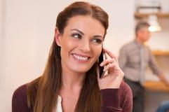 Γυναίκα που μιλά πέρα από το τηλέφωνο Στοκ Εικόνα