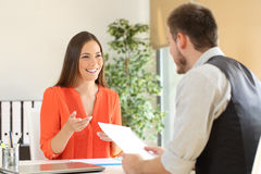 Γυναίκα που μιλά σε μια συνέντευξη εργασίας στοκ εικόνα με δικαίωμα ελεύθερης χρήσης