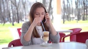 Γυναίκα που μιλά στον έξυπνο καφέ τηλεφωνικής κατανάλωσης που γελά στον καφέ όμορφος φιλμ μικρού μήκους