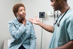 Γυναίκα που μιλά στο γιατρό στοκ φωτογραφίες