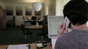 Γυναίκα που μιλά στο κινητό τηλέφωνο στην αρχή φιλμ μικρού μήκους
