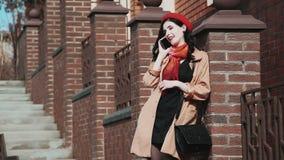Γυναίκα που μιλά στο κινητό τηλέφωνο στην πόλη απόθεμα βίντεο