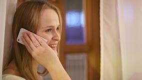 Γυναίκα που μιλά στο κινητό χαμόγελό της με την ευχαρίστηση απόθεμα βίντεο