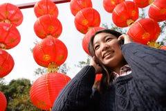 Γυναίκα που μιλά στο τηλέφωνο κυττάρων κατά τη διάρκεια του κινεζικού νέου έτους Στοκ φωτογραφίες με δικαίωμα ελεύθερης χρήσης