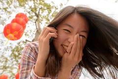 Γυναίκα που μιλά στο τηλέφωνο κυττάρων κατά τη διάρκεια του κινεζικού νέου έτους Στοκ εικόνα με δικαίωμα ελεύθερης χρήσης