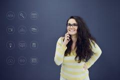 Γυναίκα που μιλά στο τηλέφωνο μπροστά από το υπόβαθρο με τα συρμένα επιχειρησιακά διαγράμματα Στοκ φωτογραφία με δικαίωμα ελεύθερης χρήσης