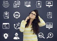 Γυναίκα που μιλά στο τηλέφωνο μπροστά από το υπόβαθρο με τα συρμένα επιχειρησιακά διαγράμματα Στοκ Εικόνες